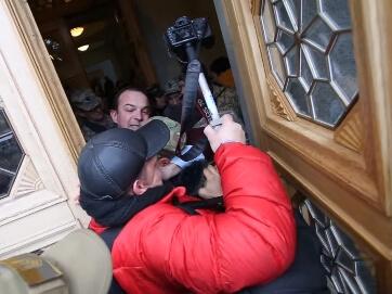 С гранатой требовал открытости Верховной Рады - депутат Егор Соболев устроил потасовку на входе в Парламент и намекал охранникам на возможность использования гранаты. Таким образом нардеп хотел провести в здание ВРУ бойцов АТО во время митинга за перевыбо
