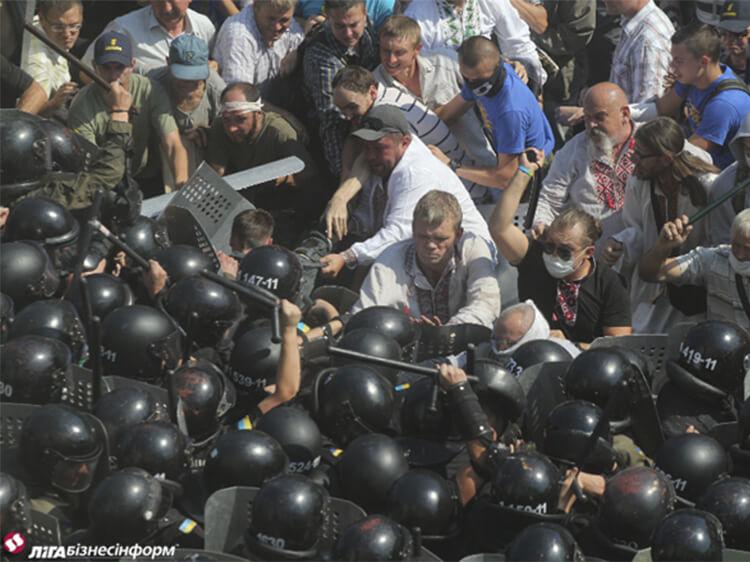 Екс-міністр Ігор Швайка б'є міліцію під час бійки під Веровною Радою