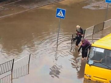 Людяність під дощем. Львів затопило. Поліцейські на руках виносять пасажирів автобусу
