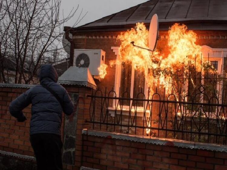 Акция Народного гнева - в Краснокутске местные и ативисты гражданского корпуса Азов забросали коктейлями Молотова дом экс-главы милиции