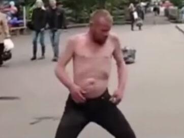 У соцмережах висміяли кліп Тіматі, присвячений Путіну. Замість підлабузницького пафосу Інтернет-користувачі змонтували нове відео. Тепер вітає президента РФ російська дійсність у вигляді танцюючих п'яниць...