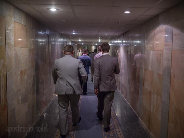 Втекли? Депутати евакуюються з ВР підземним ходом - у цей час під стінами Ради триває кривавий мітинг