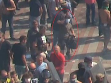 """Радіо """"Свобода"""" зняла на відео чоловіка, що кинув гранату у натов під Верховною Радою"""