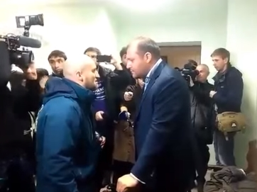 Добкина побив активіст. У суді над екс-міністром Оленою Лукаш сталася суперечка між нардепом і невідомим активістом