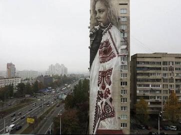 Патріотична 15-ти поверхівка. У Києві на будинку намалювали велетенське полотно, яке присвятили українкам