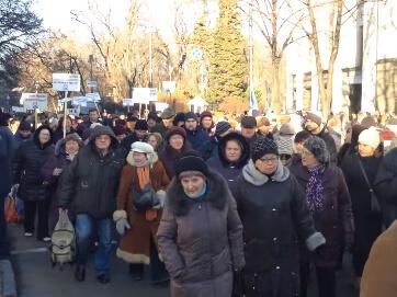 Безсоромно дурять. За відставку Яценюка на мітинзі закликала Тимошенко. Щоправда, її там не було. До натовпу з колонок зверталася жінка з голосом Юлії Володимирівни