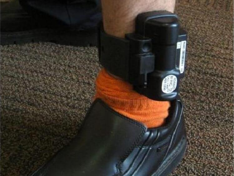 Електронні браслети, з яких легко звільнитися. Нацполіція закупила не засоби охорони, а забавку