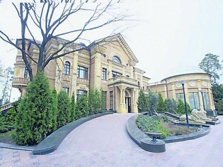 Маєток Петра Порошенко. 0,75 гектарів, палаци, капличка і сквери