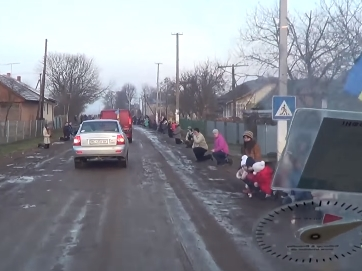 Украинцы встречают погибшего героя. Перед защитником становятся на колени, благодаря за сохраненную страну. Пока есть такие бойцы и такой народ - Украине быть!