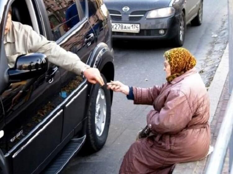Радуйся, жебрак, копійці – соціальні стандарти Яценюка подарували українцям трохи більше 100 грн