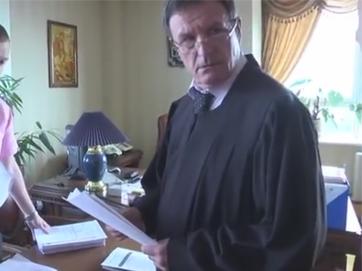 Гнила система суддівства - відео обшуку у голови Апеляційного суду Києва Чернушенка. Під час обшуку він ховав гроші під мантію!