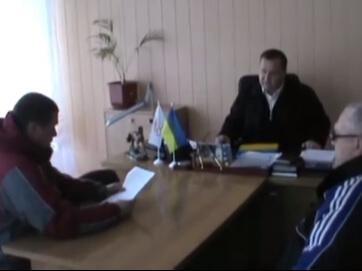 """""""Правий сектор"""" нагодував мелитопольських чиновників маргарином, яким годували малюків у садочку. Їсти змусили начальника міськуправління Єлисєєва та його заступника Судакова."""
