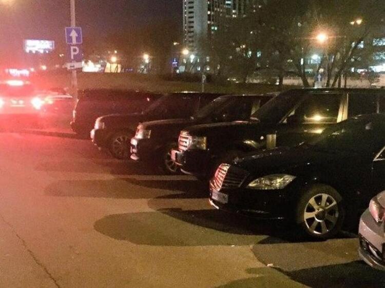 600-ті мерси, 7-мі БМВ, Лексуси та Бентлі - Антикорупційний форум під іншим кутом. Гості приїхали на зустріч на дорогих елітних машинах.