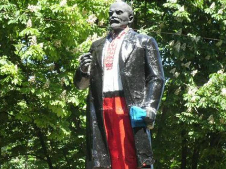 Пам'ятник Леніну у Волновасі (Донецька область) одягли у вишиванку