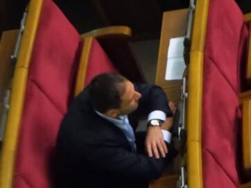 І знову неадекватний Добкін. Дмитро Добкін очевидно знаходиться під дією наркотиків просто на засіданні парламенту