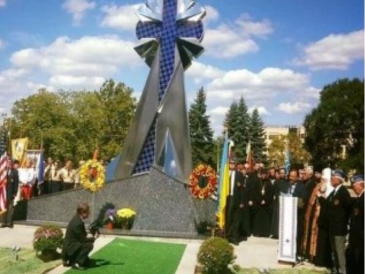 У США відбулося урочисте відкриття та освящення пешого в Америці пам'ятника Небесної Сотні та всім Героям, які віддали життя за Україну