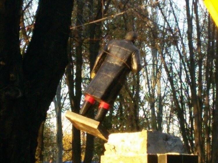 """Ленінопад триває. Чергового """"вождя"""" повалили у місті Волноваха на Донбасі"""